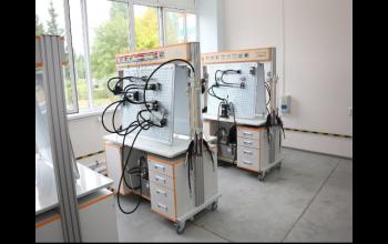 Учебный двухсторонний стенд-тренажёр «Гидравлические системы и средства автоматики» с комплектами сменных устройств гидро- и электроавтоматики.